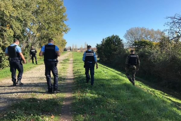 Les gendarmes à la recherche du moindre indice au lendemain du grave accident.
