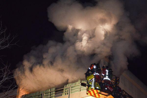 Le feu d'appartement situé au 4ème et dernier étage d'un immeuble du 9ème arrondissement de Marseille.