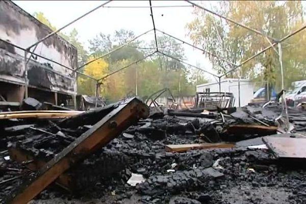 Des dégâts très importants. La tente qui abritait près de 130m2 de meubles a été entièrement détruite par l'incendie.