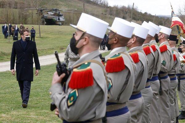 Le président de la République passe en revue les soldats du 4e régiment de la légion étrangère lors de la cérémonie militaire, au centre d'entraînement de la légion à Saint-Gauderic, près de Castelnaudary, dans l'Aude