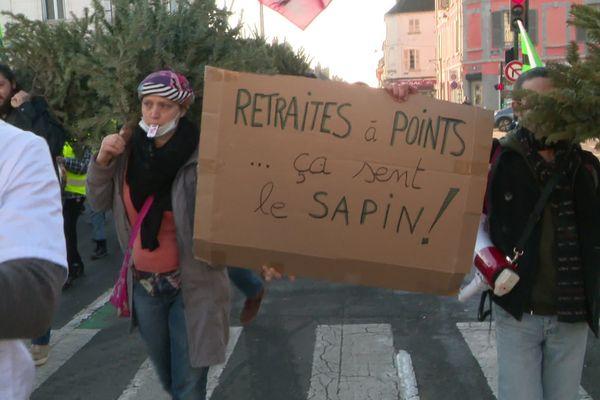 Un peu plus de 200 personnes se sont réunies à Sens (Yonne) pour la sixième journée nationale de mobilisation contre la réforme des retraites