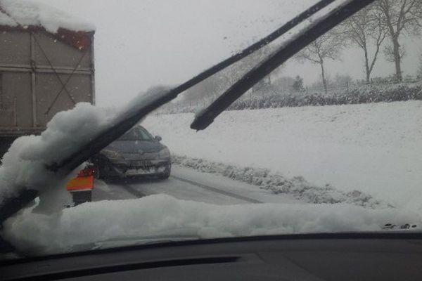 Un automobiliste fait demi-tour sur l'autoroute.