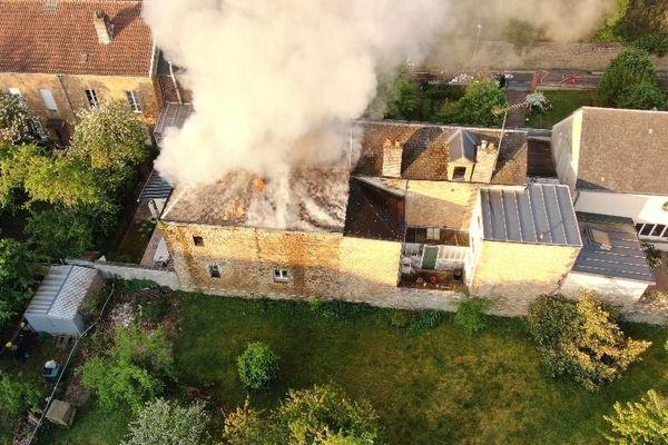 Un incendie s'est déclaré ce dimanche matin rue des Pépinières à Charleville-Mézières. Un habitant a été évacué puis pris en charge au service grands brûlés de l'hôpital de Charleroi en Belgique