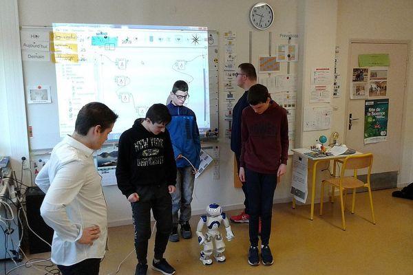 NAO au milieu des élèves de la classe ULIS autisme du collège Les Courlis de Nevers.