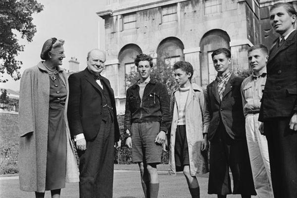 Le 22 septembre 1941, le Premier ministre anglais Winston Churchill et son épouse accueillent dans les jardins du 10 Downing Street les cinq jeunes garçons qui viennent de traverser la Manche en canoë
