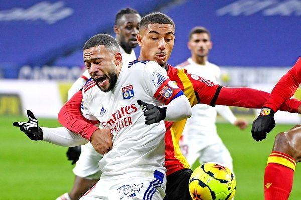 Football : Lyon s'impose 3 - 2 à domicile face à Lens. Le capitaine de l'OL Memphis Depay, auteur d'un doublé