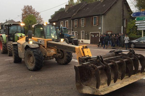 Des agriculteurs de la FDSEA et des JA bloquent la circulation avec leurs tracteurs près de la gendarmerie de Saulieu, en Côte-d'Or, mardi 29 octobre 2019.