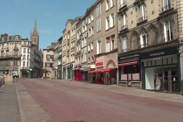 Le centre ville de Limoges est désert pendant le confinement à l'image de la place des bancs