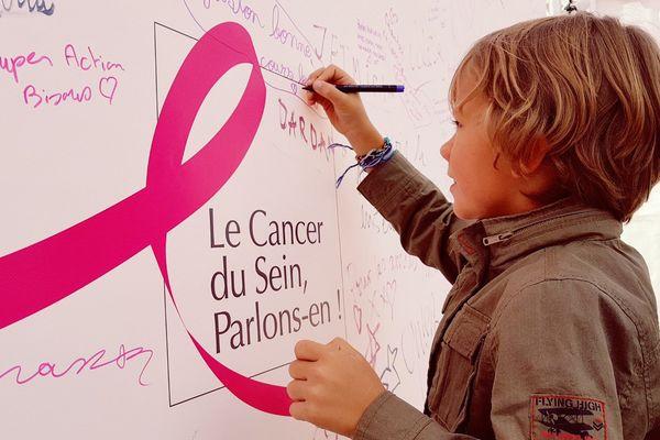 Petits et grands, femmes et hommes : tous concernés par la lutte contre le cancer du sein. Et ils l'écrivent depuis vendredi sur le mur des témoignages installé au village de la Strasbourgeoise, place Kléber.
