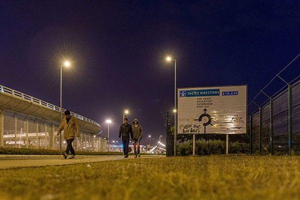 Des migrants la nuit à Calais (photo d'archives).
