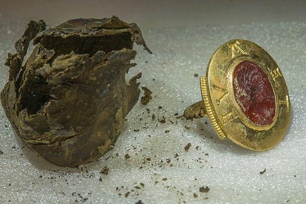 Parmi les pièces du trésor, cet anneau sigillaire en or, orné d'une intaille antique de couleur rouge figurant le buste d'un dieu, et comportant une inscription dont l'épigraphie pourrait correspondre à la première moitié du XIIe siècle