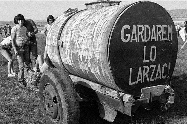 Au début des années 70, des militants pacifistes et des agriculteurs manifestent sur le causse du Larzac contre l'extension du camp militaire