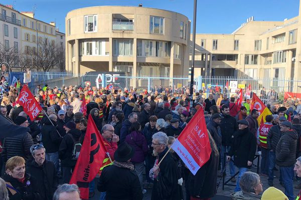 Jeudi 20 février, une manifestation a pris forme au palais de justice de Clermont-Ferrand contre la réforme des retraites.