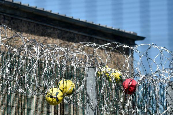 Des ballons lancés dans les barbelés d'une prison - Photo d'illustration