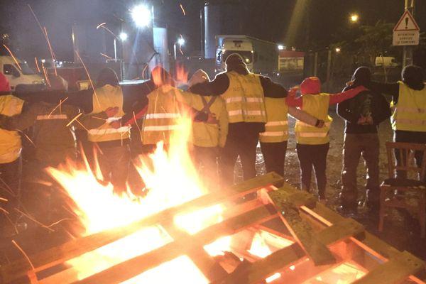 A 7 heures, lundi 26 novembre, ils étaient une quinzaine de gilets jaunes devant le dépôt pétrolier de Cournon-d'Auvergne, près de Clermont-Ferrand.
