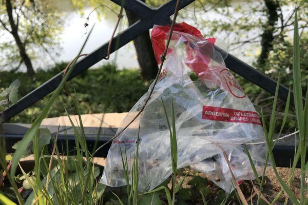 Que faire pour empêcher les sacs plastiques et autres déchets non dégradables produits par le marché de la Petite Hollande de se retrouver dans la Loire ?