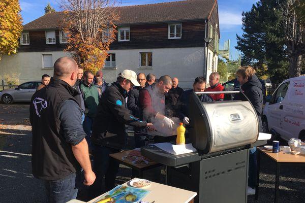Une quinzaine d'agriculteurs du Cantal ont organisé le barbecue devant la cantine scolaire de Marcillat-en-Combrailles.