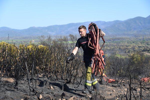 Sur le terrain, plus de 1.100 pompiers sont toujours mobilisés face à l'incendie qui dévaste le Massif des Maures, comme ici au Luc en Provence (Var)