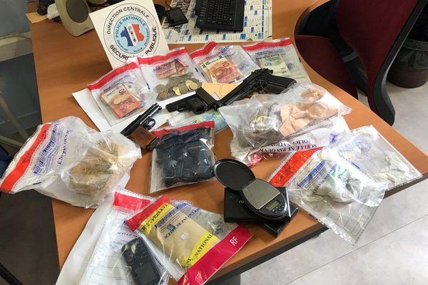 Cocaïne, Résine de cannabis, herbe, numéraires, armes, voici une partie des saisies réalisées ces deux derniers mois sur la ville de Niort par la police nationale.