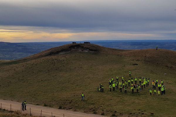 """Près de cinquante gilets jaunes se sont réunis au sommet du puy de Dôme, le 5 décembre, pour former un grand """"SOS"""" humain. Ils ont immortalisé la scène grâce à un drone."""