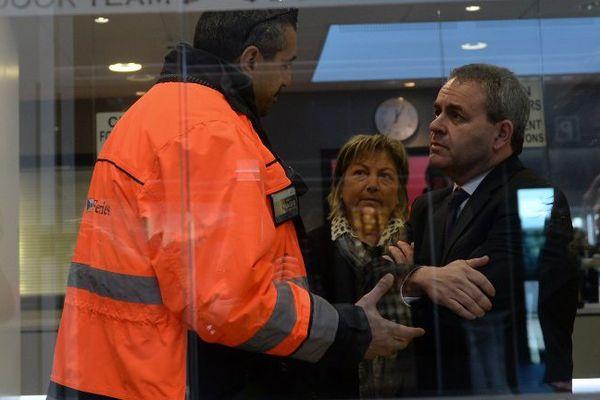 Xavier Bertrand échange avec un syndicaliste de la compagnie de ferry P&O, aux côtés de la maire de Calais Natacha Bouchart (Les Républicains), le 25 janvier 2016.