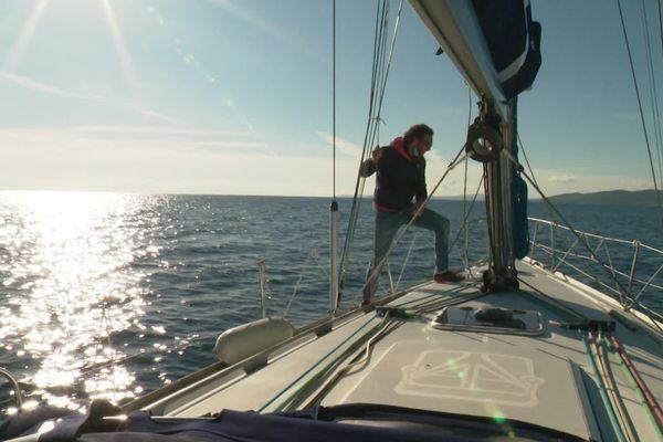 Un voilier navigue au large des côtes du Var.