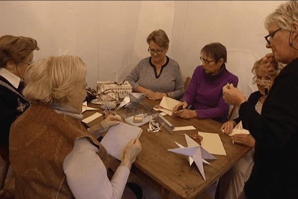 Pour Noël, les dames du café tricot d'Aixe-sur-Vienne se lancent dans l'origami.