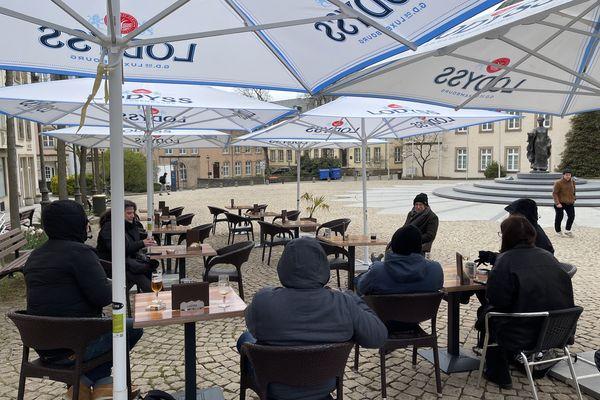 Les terrasses des bars et restaurants du Luxembourg sont de nouveaux accessibles aux clients depuis le mardi 7 avril 2021, sous réserver de respecter un protocole sanitaire strict.