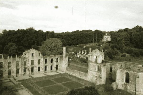 L'abbaye de Coat-Mallouen en lisière de forêt