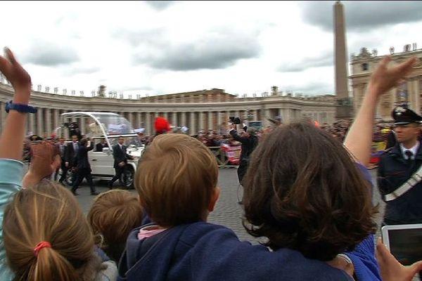Sur la place Saint-Pierre, au passage du pape François.