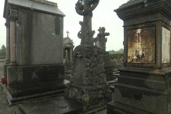 Les tombes recouvertes d'une substance noire à Rocquigny dans l'Aisne