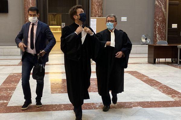 Karim Zéribi, à gauche, à sa sortie du tribunal