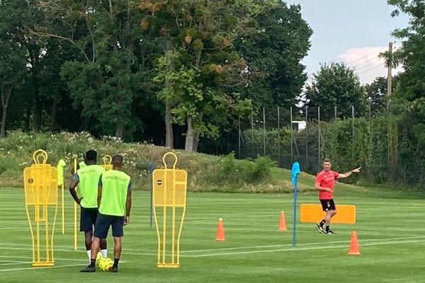 Bruno Ecuele Manga et l'entraîneur Stéphane Jobard lors de la reprise de l'entraînement du DFCO ce jeudi 25 juin.