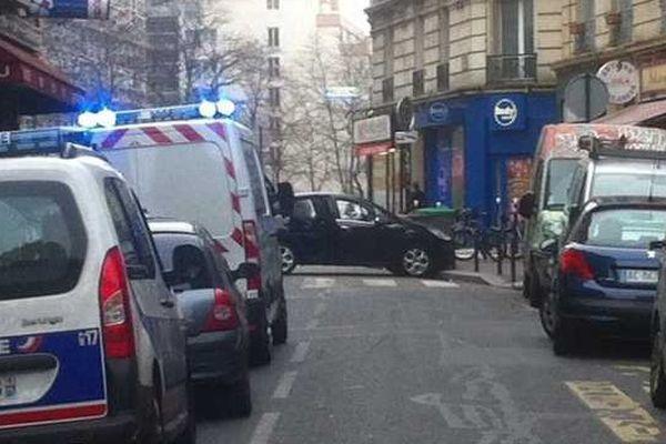 Le véhicule des fuyards, la voiture noire, est abandonnée dans le XIXe arrondissement, rue de Meaux.