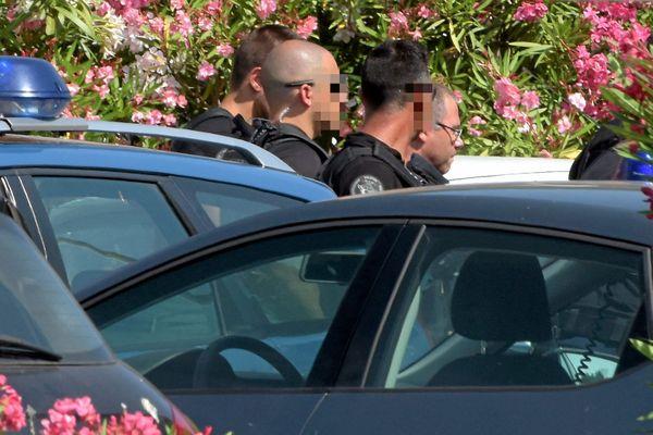 Sète (Hérault) - Rémi Chesne encadré de gendarmes lors de la reconstitution du meurtre à la grotte - 23 juin 2017.