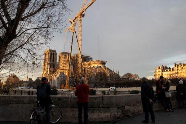 La grue géante (la plus haute d'Europe dans ce type de modèle) permettra d'assurer l'avancée du chantier de sécurisation de Notre-Dame.