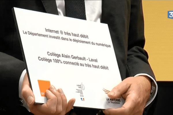 """Onze établissements sont déjà connectés, dont le premier, le collège Alain Gerbeau de Laval, où avait lieu le lancement de l'opération """"collèges 100% connectés."""