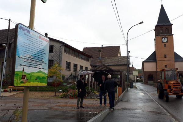 A Muhlbach-sur-Munster un panneau interpelle les visiteurs: tolérons les bruits de la campagne!