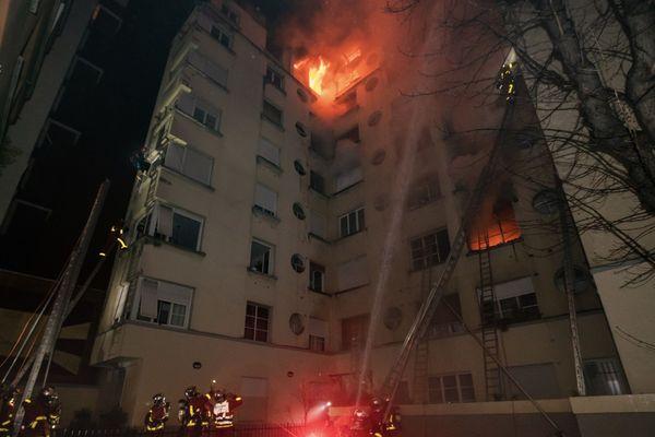 """La """"thèse criminelle est privilégiée"""",  a annoncé Rémy Heitz, procureur de la République à Paris. Une habitante de l'immeuble, incendié dans la nuit du lundi 4 au mardi 5 février, a été interpellée non loin des lieux et """"placée en garde à vue""""."""