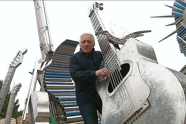 Alain Longet et une partie de sa sculpture en hommage de Johnny Hallyday