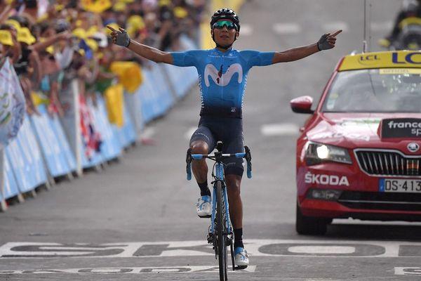 Le Colombien Nairo Quintana célèbre sa victoire sur la ligne d'arrivée de la 18e étape du Tour de France entre Embrun et Valloire, à Valloire, le 25 juillet 2019