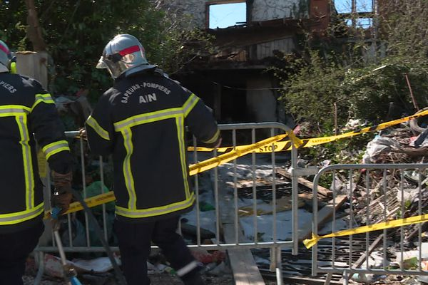 Un violent incendie à Niévroz (Ain) a éclaté dans la nuit du samedi 20 au dimanche 21 mars 2021.