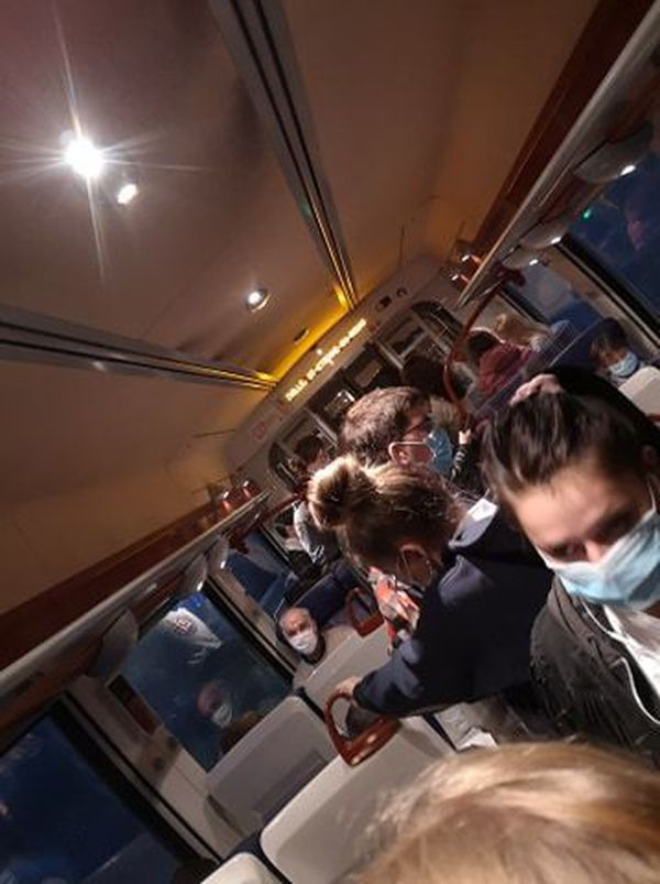 Des voyageurs entassés dans le couloir de ce wagon entre Yvetot et Le Havre, mardi 22 septembre.