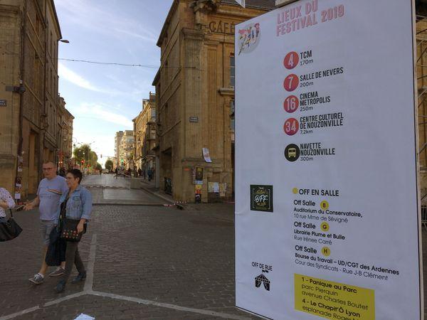 Plus de 200 flèches et des dizaines de panneaux renseignent les visiteurs en balade entre deux spectacles