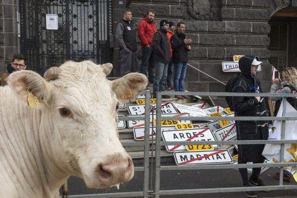 Manifestation agricole à Clermont-Ferrand à la veille de l'ouverture du Salon de l'Agriculture 2018