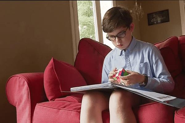 Concentration et rigueur pour Pierre qui s'entraîne sur plusieurs combinaisons de Rubik's Cube