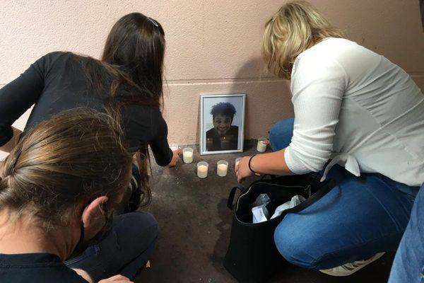 Les amis de David Valmont lui rende un dernier hommage. Le jeune homme a été poignardé dans les rues de Cherbourg dans la nuit du 13 au 14 juillet 2020.
