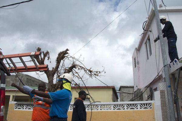 La remise en état des lignes électriques à Saint-Martin après le passage d'Irma