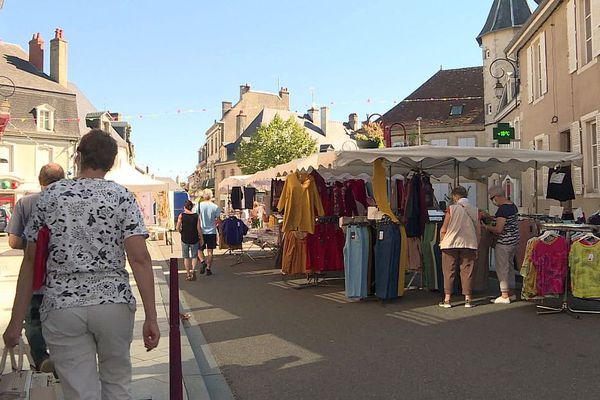 La commune de Luzy, dans la Nièvre, compte environ 2 000 habitants.