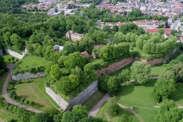 Aujourd'hui, la citadelle de Doullens, avec sa structure en étoile, est gagnée par la végétation.